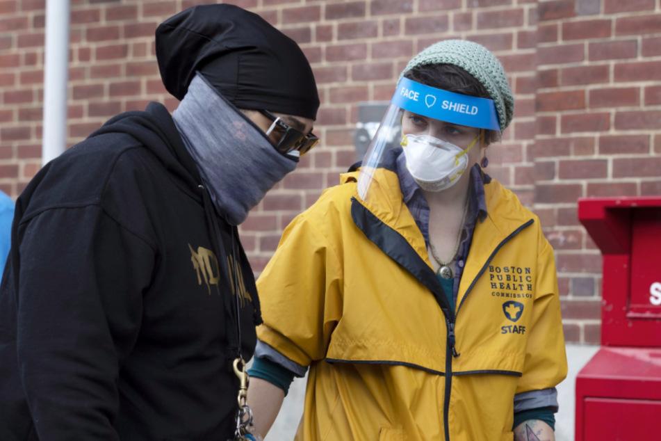 Die Mitarbeiter einer Obdachlosenunterkunft tragen Mundschutz und Einweghandschuhe als Maßnahme zur Eindämmung des grassierenden neuartigen Coronavirus.