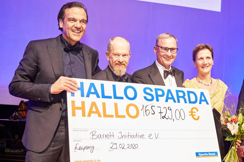 Die Großspender Christoph Gröner (v.l., CG Group), Martin Laubisch (Sparda Bank) und Uwe Leonhardt (Leonhardt Holding) überreichen Prof. Dr. Anja Gockel den XXL-Spendenscheck.