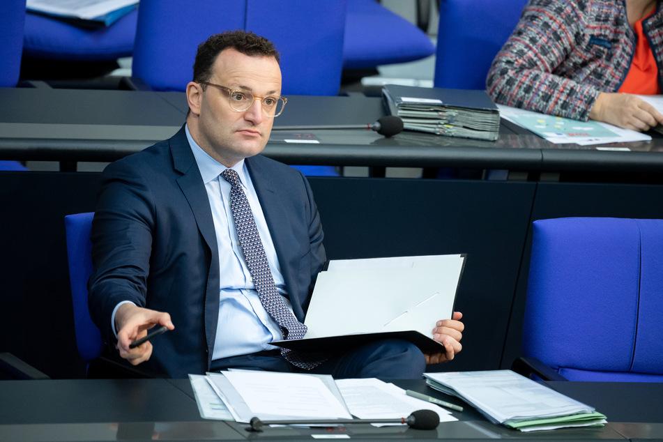 3. Juli, Berlin: Jens Spahn (CDU), Bundesgesundheitsminister, sitzt in der Plenarsitzung im Deutschen Bundestag.