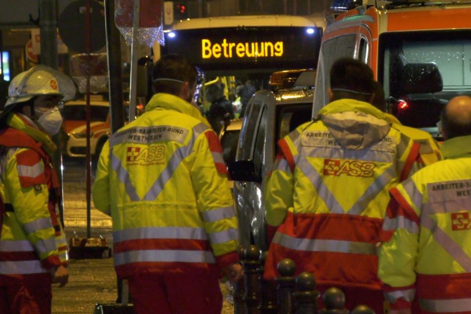 Das Foto zeigt Einsatzkräfte des Rettungsdienstes am frühen Montagmorgen in Wiesbaden.