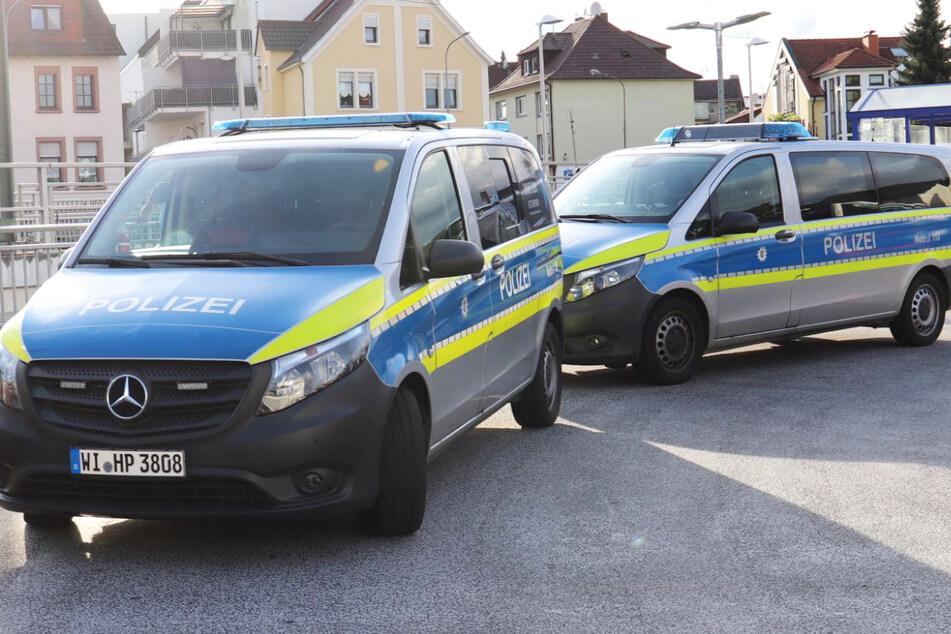 Einsatzwagen der Polizei beim Bahnhof Obertshausen: Nach dem Angriff am Samstag kam es zu einer groß angelegten Fahndung nach dem mutmaßlichen Täter.