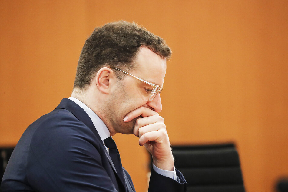 Bundesgesundheitsminister Jens Spahn (CDU) schaut vor der Sitzung des Bundeskabinetts im Bundeskanzleramt in seine Unterlagen.