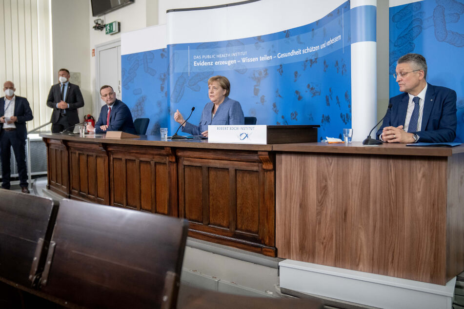 Angela Merkel (M.), Jens Spahn (l.) und Lothar Wieler bei einer Pressekonferenz.