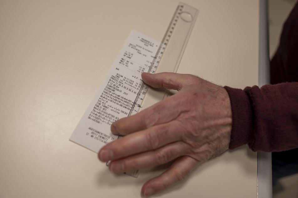 Ingolf Römer findet es absurd, 20 Zentimeter lange Kassenbons auszustellen.