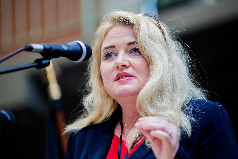 Kristin Brinker (49) spricht bei einem Landesparteitag der Berliner AfD.