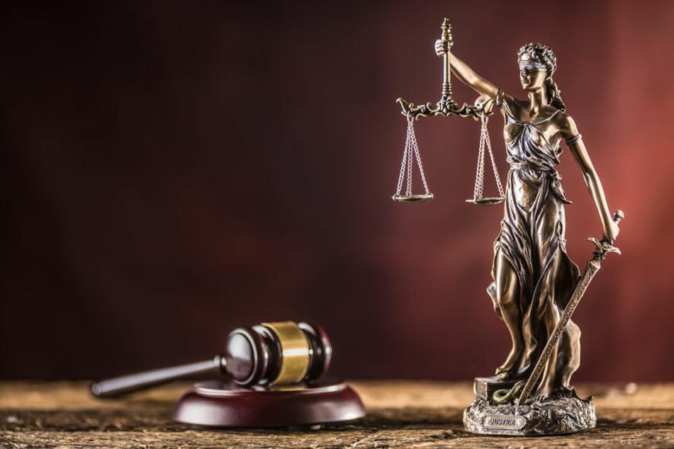 Justitia, die Göttin der Gerechtigkeit, hält ein Schwert und eine Bronze-Statue in der Hand. (Symbolbild)