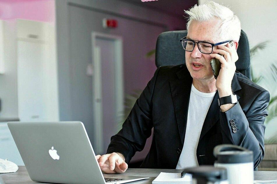 TAG24-Redakteur Torsten Hilscher (53) telefoniert für einen AstraZeneca-Impftermin mit seiner Hausarztpraxis.