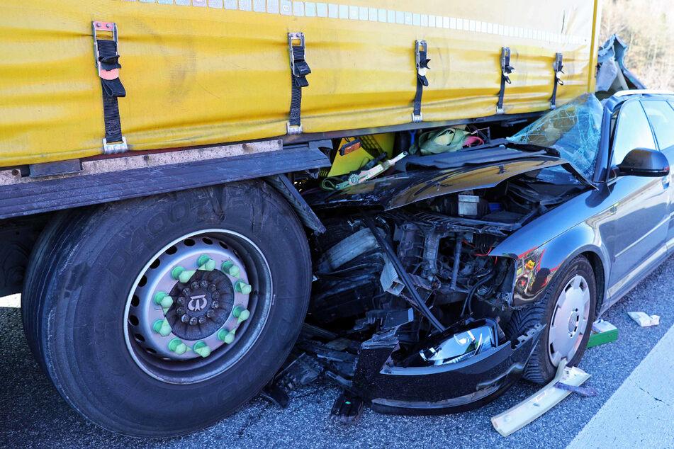 Auto kracht in Lkw und wird Hunderte Meter mitgeschleift: Zwei Verletzte!