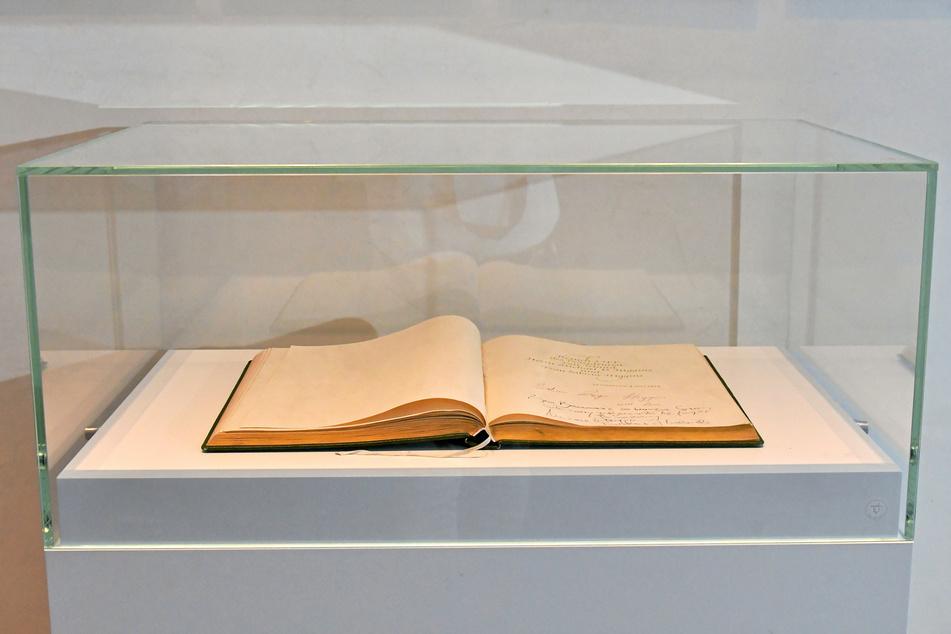 Das Gästebuch wird unter einem stabilen Glasaufsatz in der Staatskanzlei sicher bewahrt.