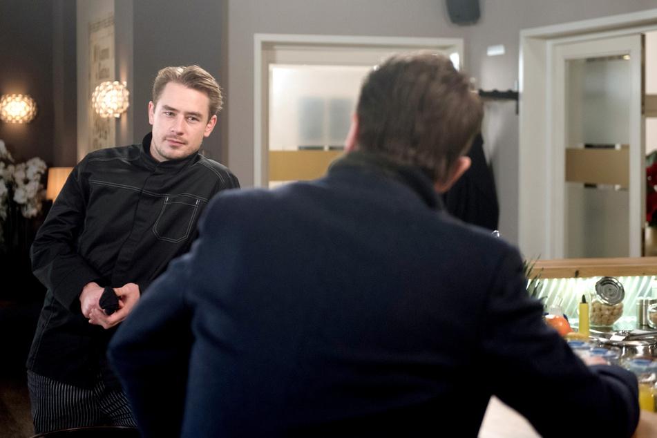 """""""Rote Rosen"""": Gregor möchte den Sous-Chef Oliver für seine Zwecke einspannen."""
