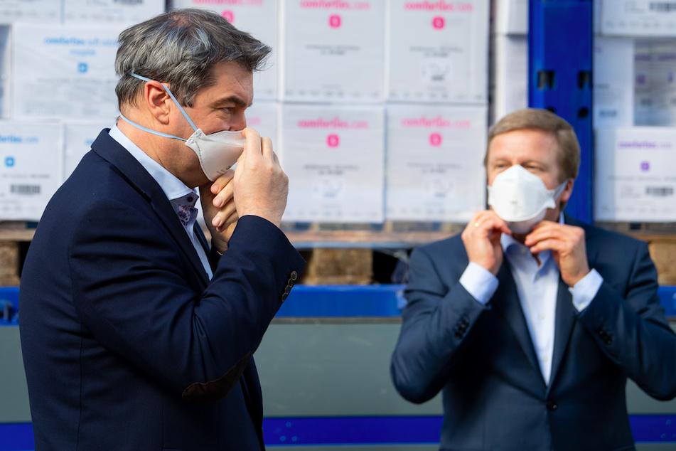Markus Söder (l, CSU), Ministerpräsident von Bayern, und Oliver Zipse, Vorstandsvorsitzender der BMW AG, nehmen an einem Pressetermin auf dem Werksgelände teil.