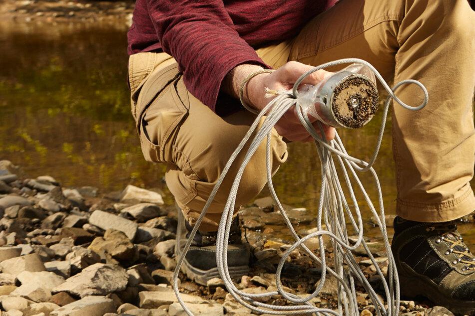 Mörser-Granaten bei Fluss entdeckt! Jetzt haben die Finder Anzeigen am Hals