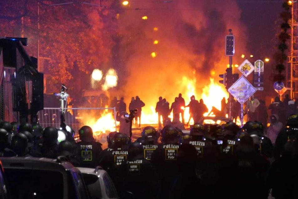 Schlachtfeld-artige Szenen in Connewitz, kurz bevor die Polizei vorrückte.