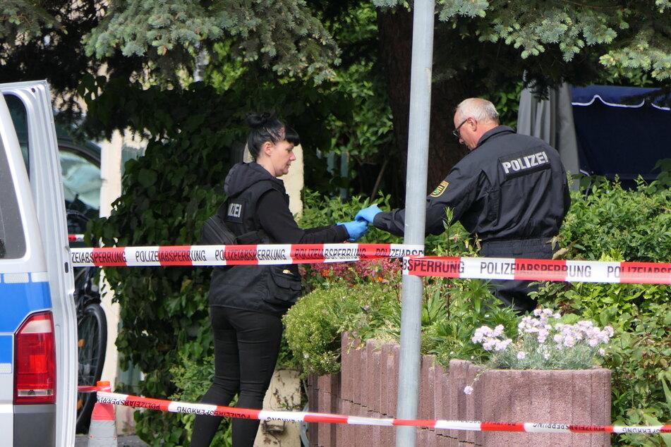 Kriminaltechniker sichern nach dem Messerangriff am Tatort zahlreiche Spuren.
