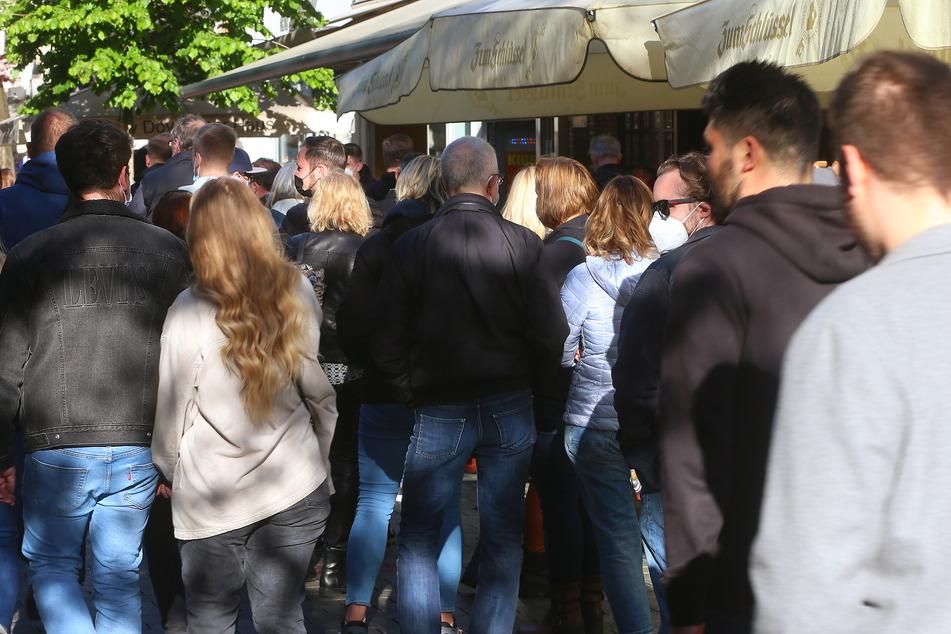 In Nordrhein-Westfalen drängeln sich die Menschen in der Außengastronomie trotz steigender Inzidenzzahlen.