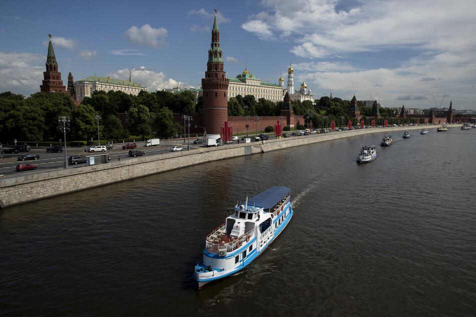 Touristenboote nehmen an einer Bootsparade zur Eröffnung der Schifffahrtssaison auf der Moskwa teil.