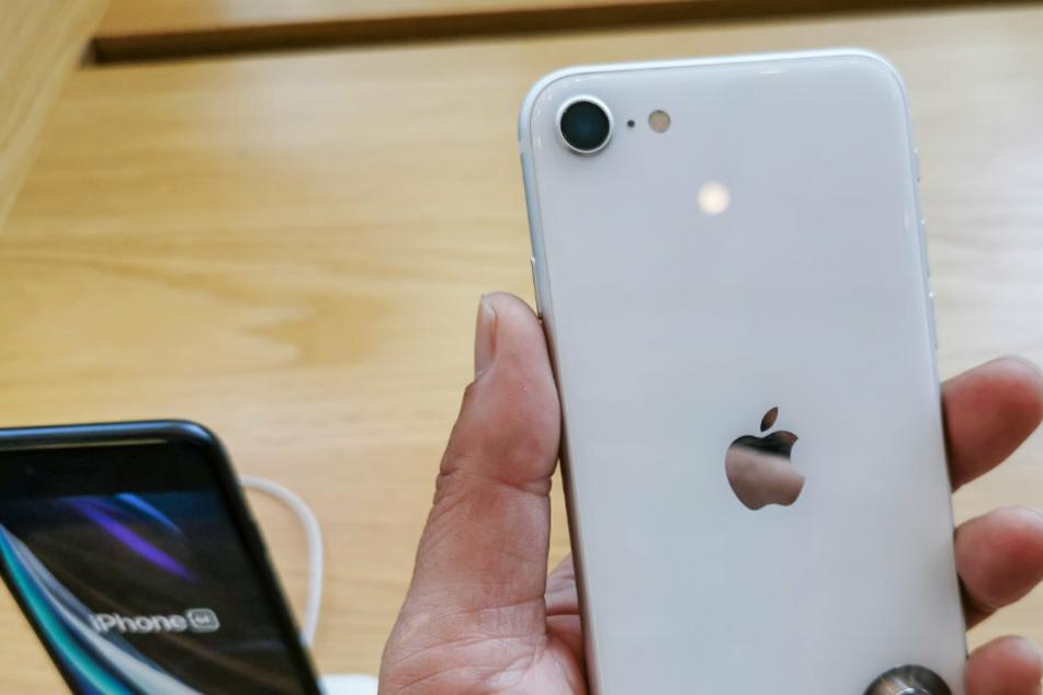 Das Apple iPhone SE 2 kostet Neu um die 500 Euro. Gebraucht auf Ebay ist es wesentlich teurer zu erwerben.