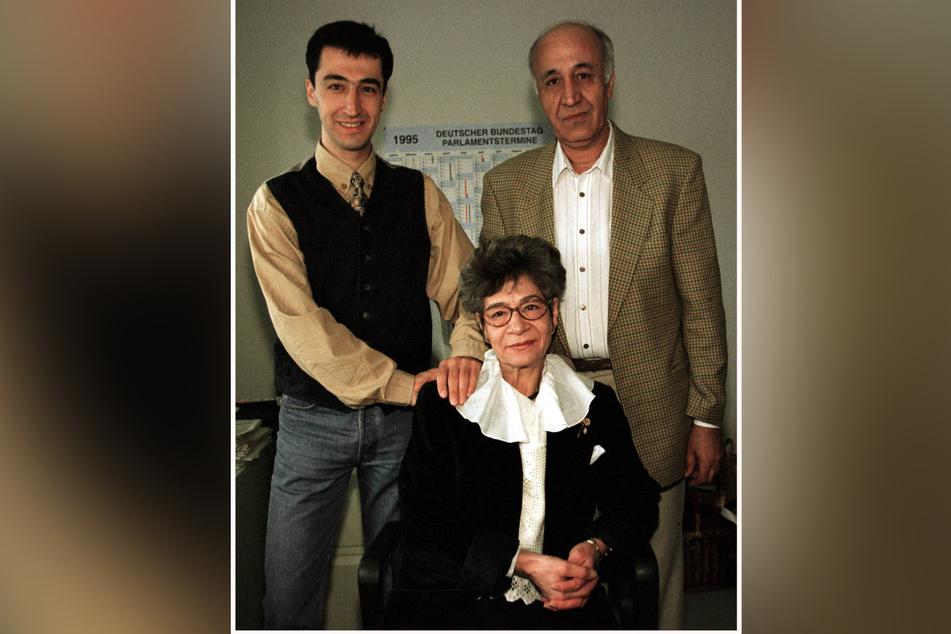 Mama Nihal und Papa Abdullah (r.) besuchen im Juni 1995 ihren Sohn Cem Özdemir (l.) in seinem damaligen Wahlkreisbüro in Ludwigsburg.