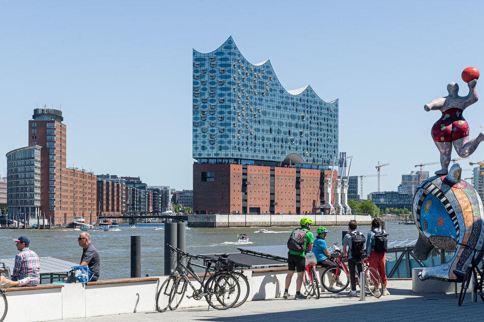 Es war eine schwere Geburt. Doch die Elbphilharmonie in der Hansestadt steht nun endlich. Und ist schon jetzt einer der Wahrzeichen der Stadt.