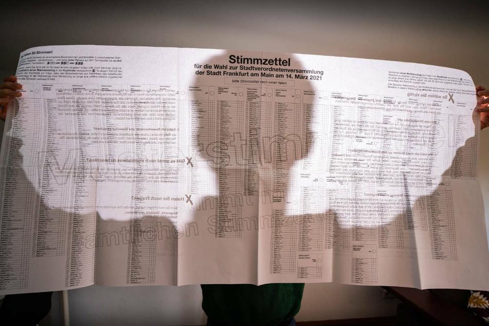 Riesige Wahlzettel und viele Kreuze: Das müsste Ihr über die Kommunalwahl in Hessen wissen