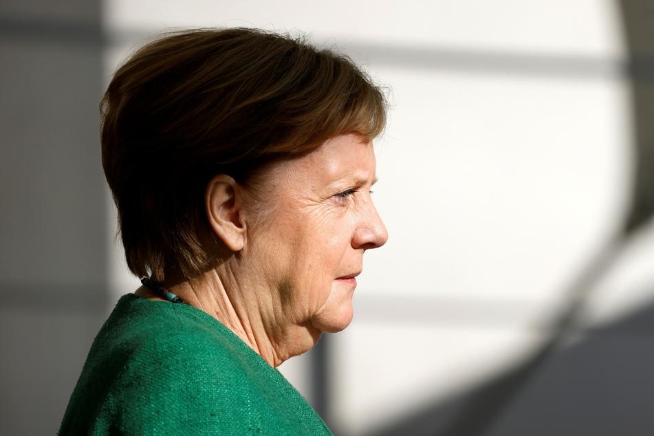 Bundeskanzlerin Angela Merkel (CDU) trifft vor dem Kanzleramt ein, um die Präsidentin der Europäischen Kommission, von der Leyen, vor gemeinsamen Gesprächen zu begrüßen.