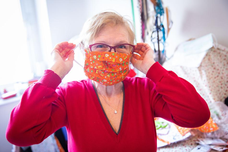 Gisella Pindinello zeigt ihren selbstgenähten Mundschutz aus Stoff.