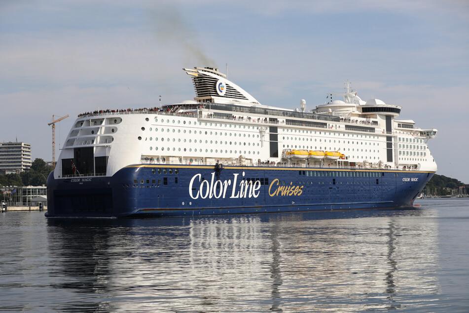 "Die Norwegen-Fähre ""Color Magic"" der Reederei Color Line Cruises fährt in Kiel rückwärts zum Anleger am Color Line Terminal."