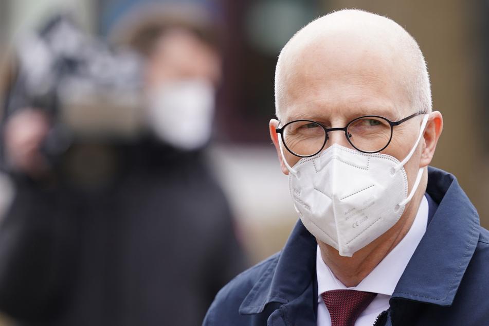 Peter Tschentscher (55, SPD), Erster Bürgermeister, trägt eine FFP2-Maske.