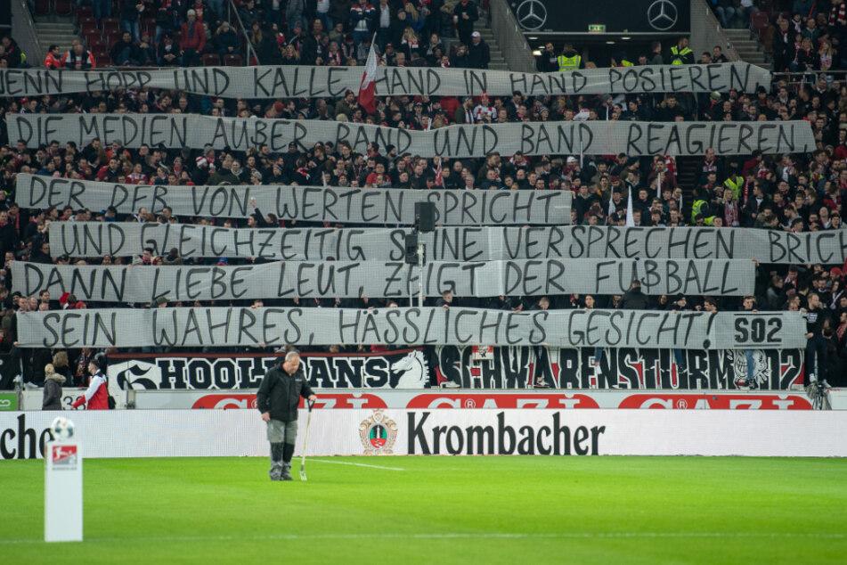 Kurz vor dem Lockdown: Im letzten Spiel vor Zuschauern polarisieren die VfB-Fans mit diesem Banner.
