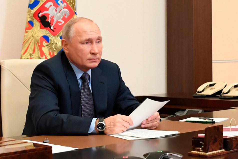 Der russische Präsident Wladimir Putin führt den Vorsitz bei einer Sicherheitsratssitzung per Videokonferenz.