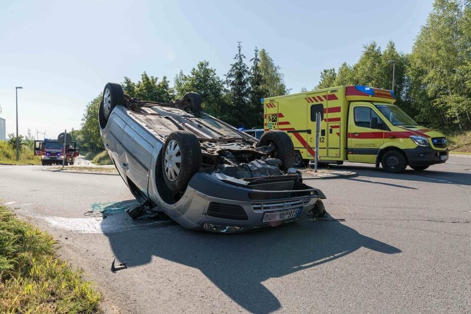 Ein Ford-Fahrer krachte am Samstagmorgen auf der Hilbersdorfer Straße gegen eine Straßenlaterne, landete anschließend auf dem Dach.