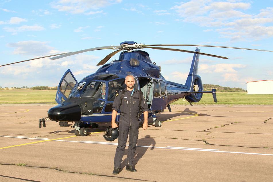 """Seit 2001 ist Daniel (43) Pilot bei der Bundespolizei. Hier steht er vor dem Eurocopter H155 – dem """"Pirol 523""""."""