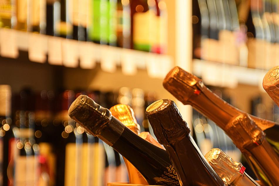 Gegen 12 Uhr versuchte ein 20-Jähriger am Dienstag, mehrere Flaschen des Schaumweins zu entwenden!