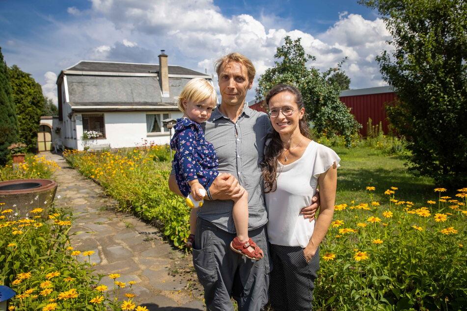 Manuela Richter (45) mit Partner Tilo Urban und Tochter Clara (2). Ihnen gehört der Kleingarten mit der Köfer-Datsche, wo vor 40 Jahren die Serie gedreht wurde. Damals war Manuela Richter als kleines Mädchen dabei.