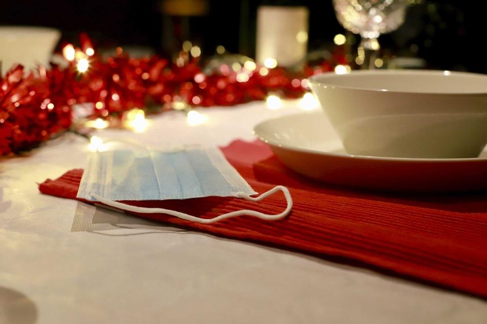 Die Weltgesundheitsorganisation (WHO) legt den Europäern ans Herz, an Weihnachten und Neujahr bei Festen mit Familie und Freunden einen Mund-Nasen-Schutz zu tragen.