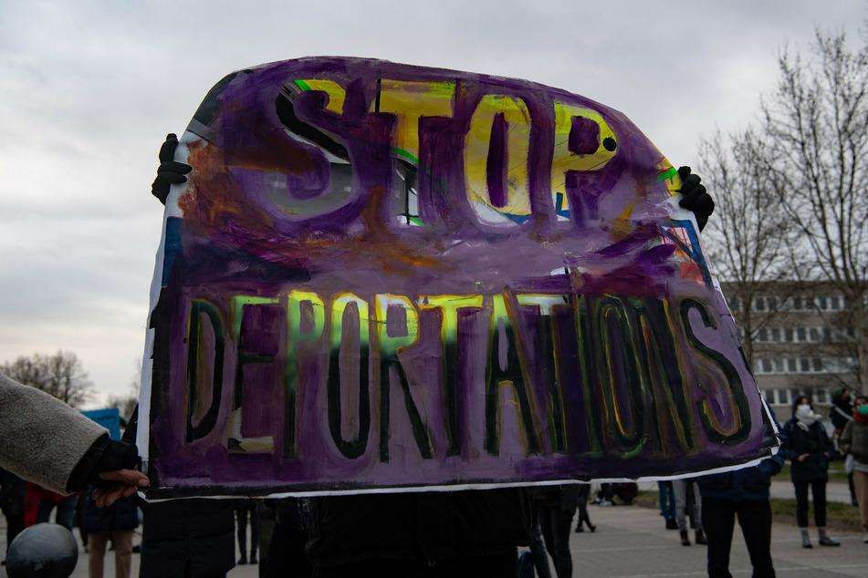 Demonstranten protestieren am Flughafen BER gegen Abschiebungen nach Afghanistan