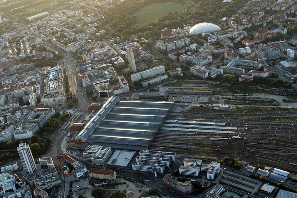 Der Leipziger Hauptbahnhof aus etwa 800 Metern Flughöhe aufgenommen. Die vielen Gleisanlagen sind Schwerpunkte der nächtlichen Hubschrauber-Patrouillen.
