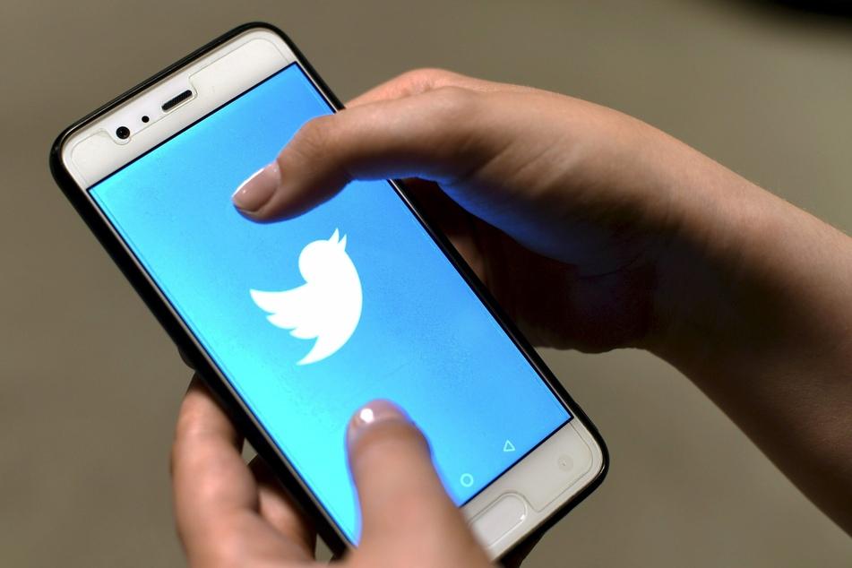 Die Twitter-App ist auf dem Bildschirm eines Smartphones zu sehen.