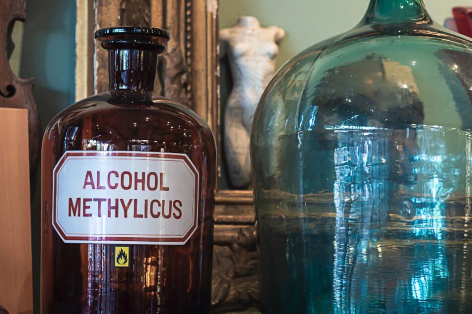 Wenn Methanol in großen Mengen eingenommen wird, kann es zu Erblindung, Leberschäden und zum Tod führen.
