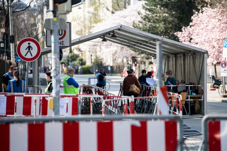 Ärzte bereiten den Betrieb einer Walk-through-Teststation vom Tropeninstitut am LMU Klinikum München vor.