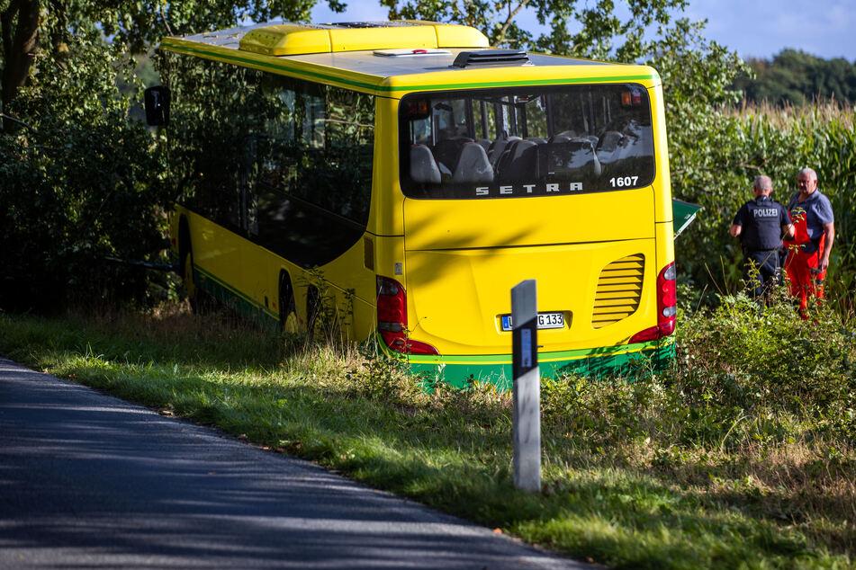 Einsatzkräfte sichern die Unglücksstelle. Der Linienbus kam von der Fahrbahn ab und krachte gegen einen Baum.