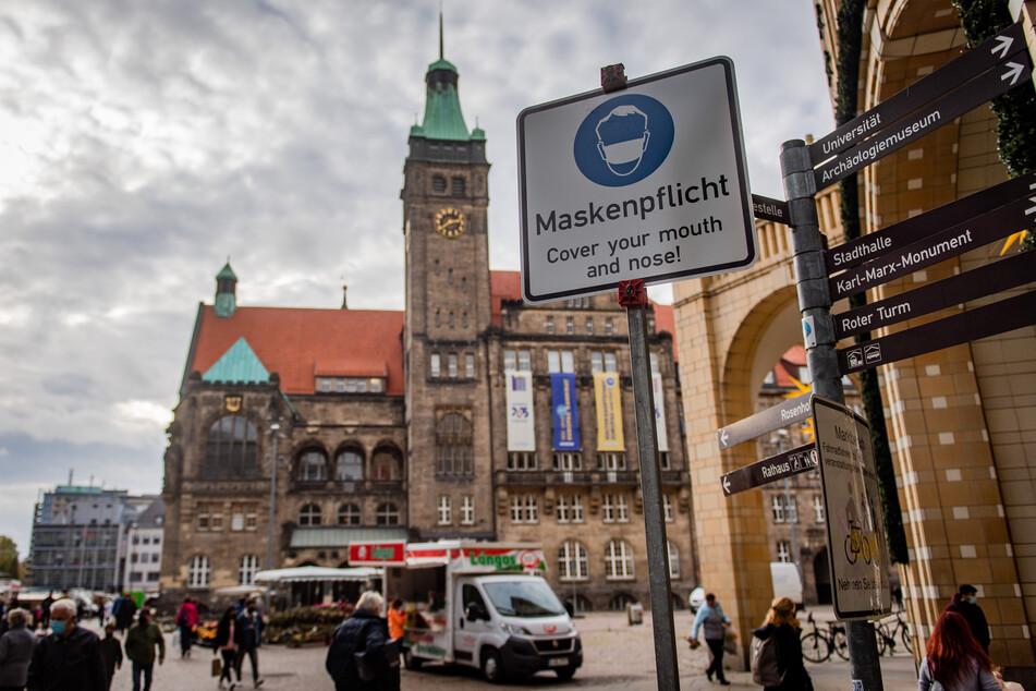 Schilder weisen auf die Maskenpflicht in der Chemnitzer Innenstadt hin. Die Stadt kündigte Kontrollen an.