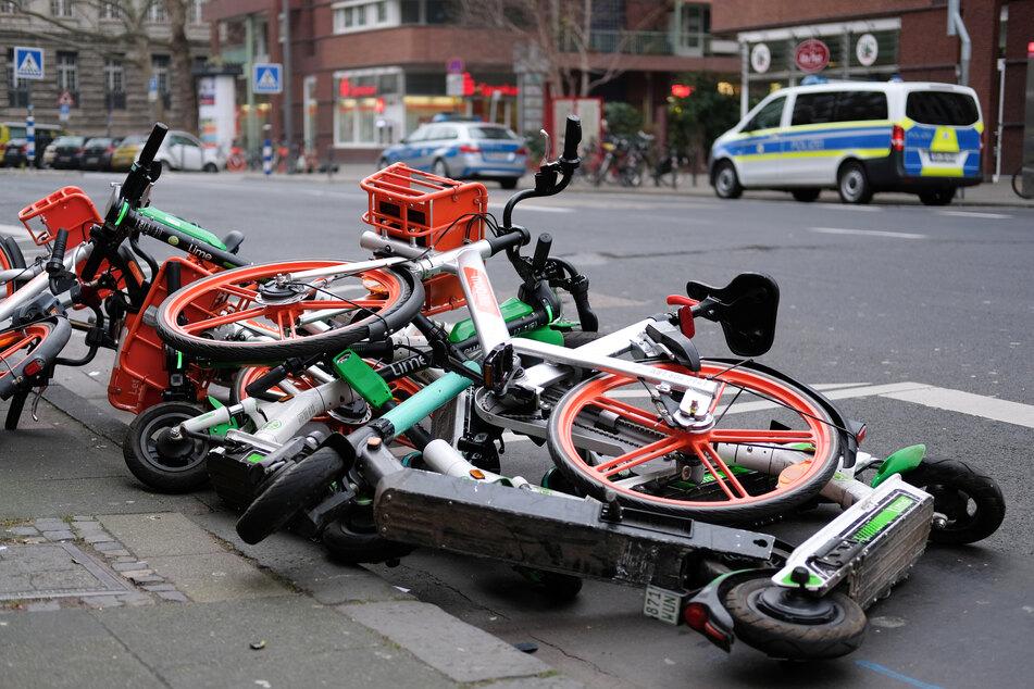 E-Scooter und Leihfahrräder werden regelmäßig sehr schlecht behandelt. Manche davon landen in einem Haufen auf der Straße, andere landen eben im Rhein.