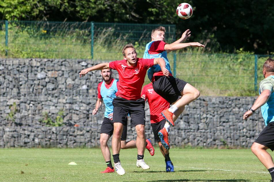Trainingszweikampf zwischen René Lange (l.) und Elias Huth - aktuell unmöglich, weil die FSV-Kicker keine gemeinsamen Übungseinheiten abhalten dürfen.