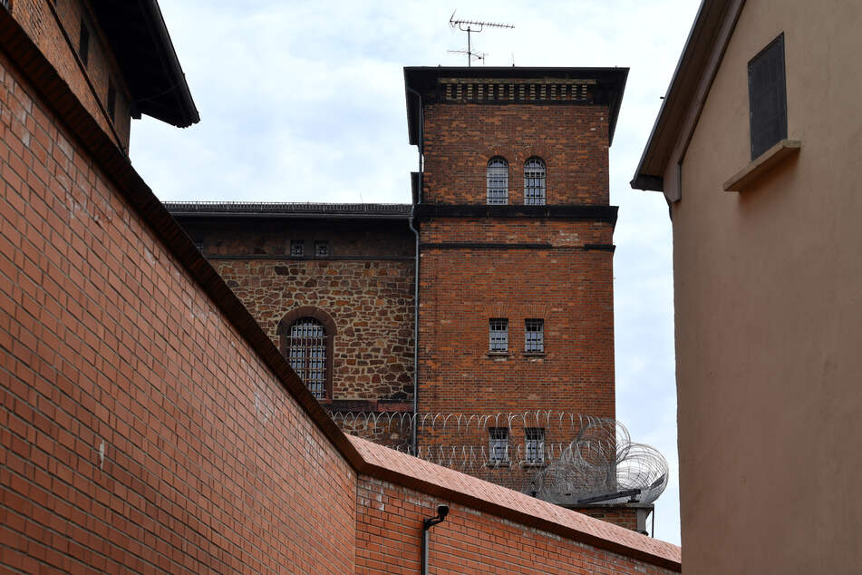 """Schon wieder das Gefängnis """"Roter Ochse"""": Häftling flieht mit Stichwaffe!"""