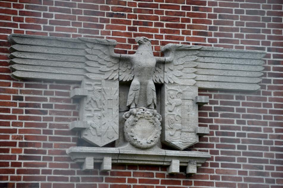 Ein steinerner, vom Hakenkreuz bereinigter Adler, erinnert an der Sportschule auf dem Gelände der Marineschule in Mürwik an die NS-Vergangenheit. (Archivbild)