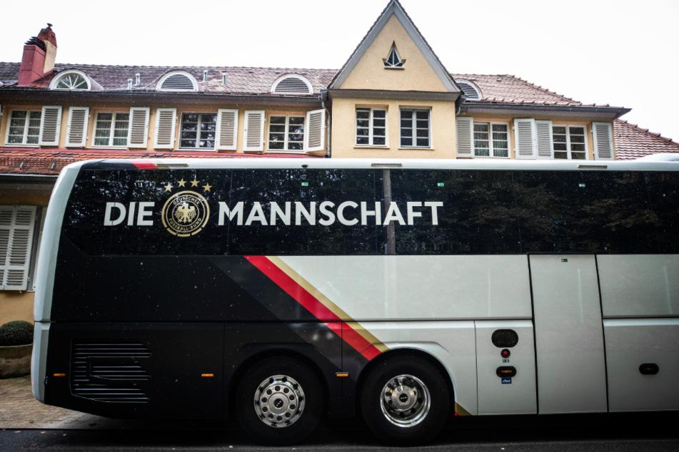 Warum hat die deutsche Nationalmannschaft nicht den Bus genommen oder ist wenigstens mit der Bahn von Stuttgart nach Basel gefahren? Das fragen sich viele Twitter-User.