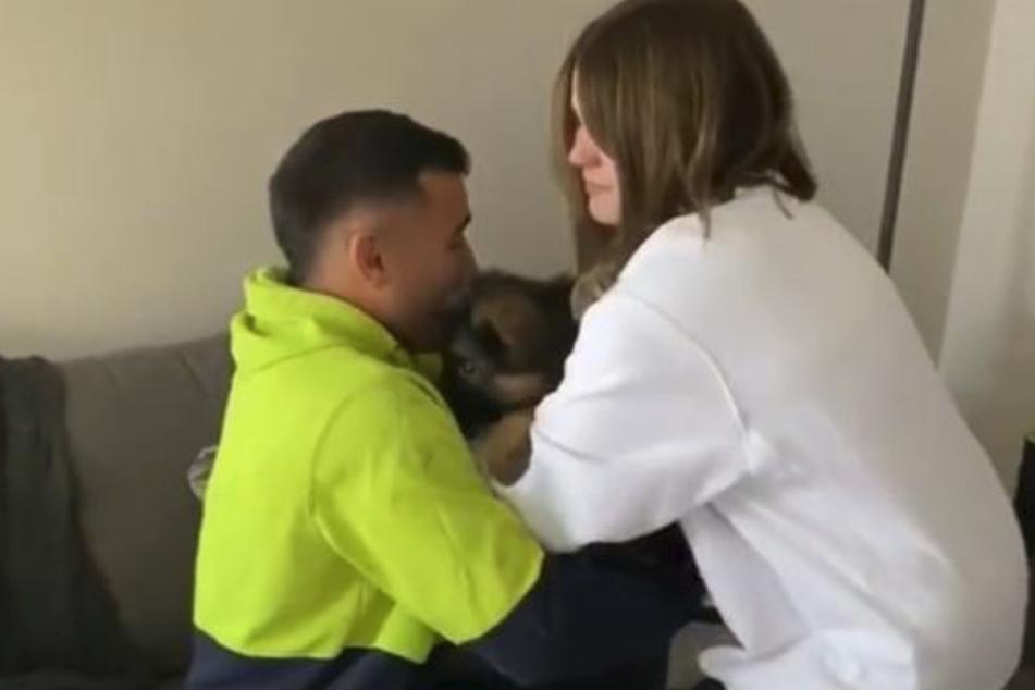 Daniel Totos (25) nahm den Welpen von seiner Freundin Ashley entgegen.