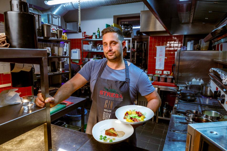 """Alles muss raus! Gastwirt Sebastian Böhme (34) vom """"Stresa"""" in Striesen hofft wie viele seiner Kollegen bis Sonntag noch auf hungrige Kundschaft."""
