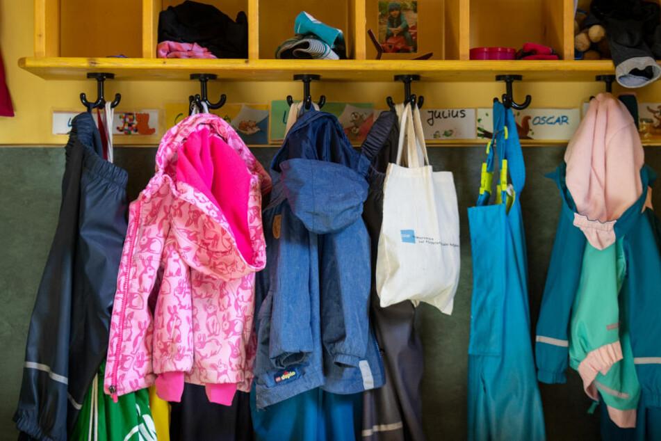 Jacken und Taschen hängen im Eingangsbereich in einem Kindergarten. Ab dem 4. Januar wird sich dieses Bild ändern, da die Brandenburger Kitas aufgrund zu vieler Neuinfektionen geschlossen werden. (Symbolfoto)